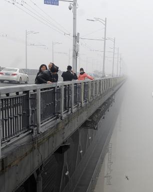 Thes-news: Τουρίστες κατέγραψαν αυτοκτονία στην Κίνα ενώ έβγαζαν φωτογραφίες!