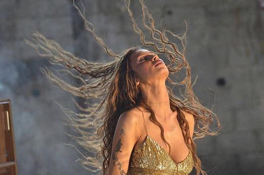 Thesnight: Στα γυρίσματα της Πάολα για το νέο της video clip του τραγουδιού  'Κράτα με'.