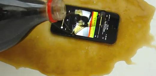 Δείτε στο παρακάτω video τι γίνεται αν ρίξεις Coca-Cola σε i Phone 5 (video)
