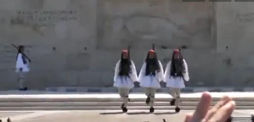 Περάξενα: Πτώση τσολιά στο μνημείο του Αγνώστου στρατιώτη.(video)