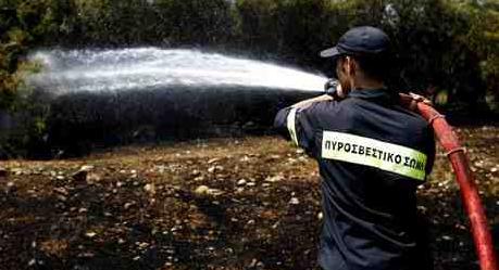 Μεγάλη πυρκαγιά στην Βαρυμπόμπη. Δύσκολο το έργο της πυροσβεστικής υπο αντίξοες συνθήκες.